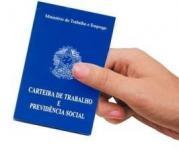 Foto de uma pessoa segurando uma carteira de trabalho