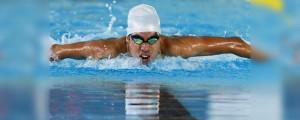 O atleta Daniel Dias nadando em piscina olímpica