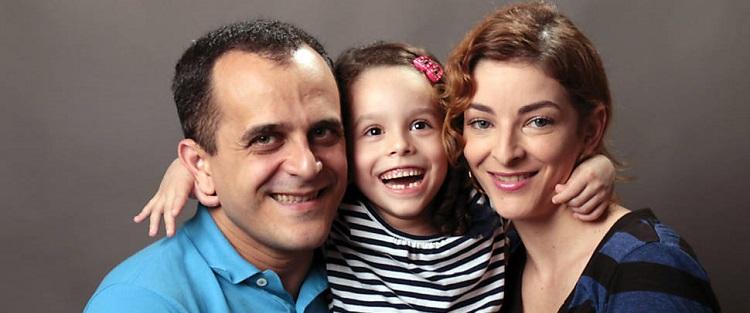 À esquerda está o analista de sistemas Carlos Pereira, abraçado com a filha pequena Clara no meio, e a esposa Aline Costa Pereira, à direita