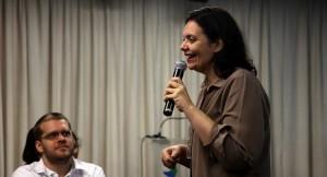 A especialista Dayse Serra ministra aula em um auditório