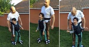 Três imagens diferentes mostram o pai em pé, com o filho preso ao seu corpo e sorrindo.
