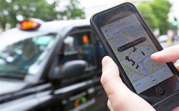 Close em mãos que seguram um aparelho celular rodando Uber