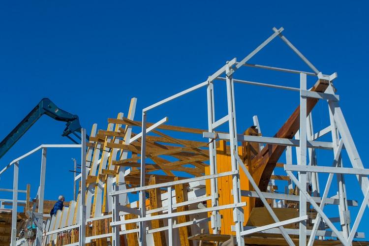 Esqueleto de uma construção civil com um guindaste