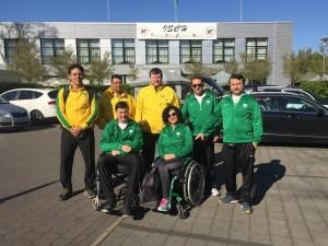 Atletas brasileiros da seleção paralímpica de tiro esportivo posam em frente a ginásio na Alemanha