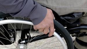 Close em uma pessoa na cadeira de rodas.