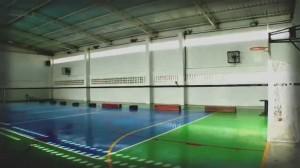 Foto em plano geral de uma quadra esportiva escolar vazia e recém-inaugurada