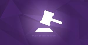Ícone que representa um martelo de juiz, em fundo roxo.