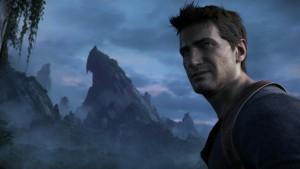 Nathan Drake, personagem principal de Uncharted, está em primeiro plano, ao lado de vegetações. Ao fundo, uma paisagem montanhosa.