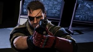 Personagem de videogames, Snake está apontando uma arma para a câmera. Ele tem um tapa olhos e uma prótese de braço.