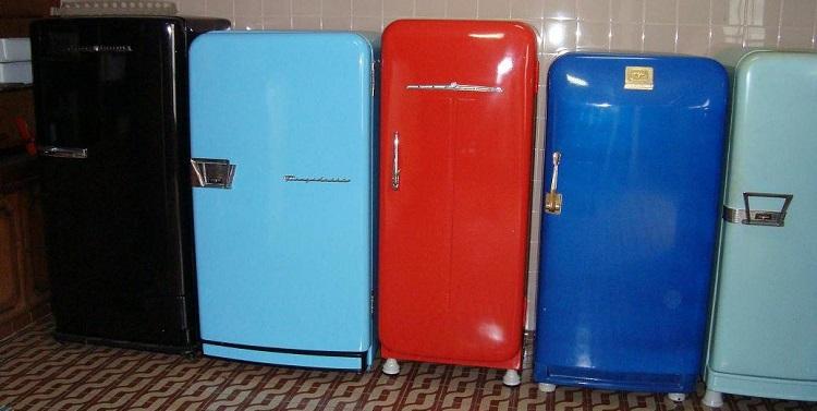 Diversas geladeiras com design retrô, dispostas lateralmente