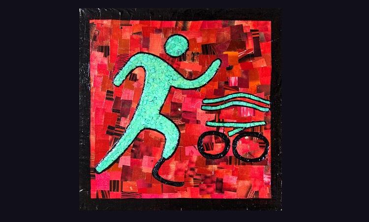 Imagem de uma obra tátil, com fundo vermelho. Um boneco na cor verde água, sem uma das pernas, corre, e representa a modalidade triatlo, com ícones de uma bicicleta e ondas do mar