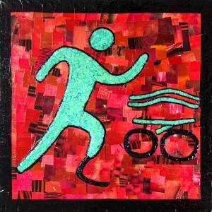 Imagem de uma das obras tátil, com fundo vermelho e um boneco na cor verde água sem uma das pernas, representando a modalidade triatlo, com ícones de bicicleta e ondas
