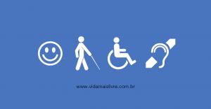 Arte em fundo azul, com os símbolos das deficiências intelectual, visual, física e auditiva dispostos verticalmente, da esquerda para a direita
