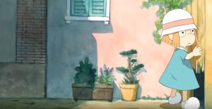 Ilustração lúdica de uma menina de aproximadamente seis anos. Ela é branca, com cabelo ruivo e usa chapéu redondo, branco com uma faixa rosa, e um vestido azul. Ela está em uma rua, com vasos de plantas, e tateia um muro de madeira com um buraco.