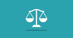 Em fundo verde, ícone que representa a balança da justiça
