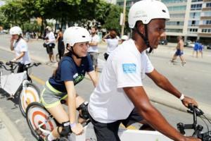Foto de pessoas andando de bicicleta