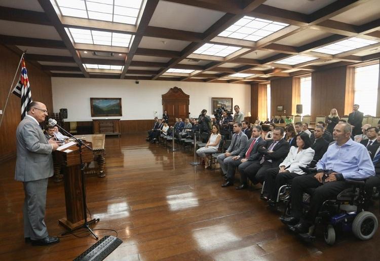 Em um salão fechado, o governo Geraldo Alckmin fala para público durante evento
