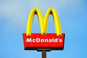 Foto do letreiro do Mc Donald's, com o M amarelo do logo da marca em destaque