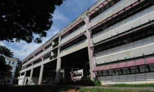 Foto da fachada de um dos prédios da Universidade Federal de Minas Gerais