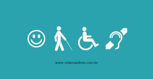 Arte em fundo verde, com os símbolos das deficiências intelectual, visual, física e auditiva dispostos verticalmente, da esquerda para a direita