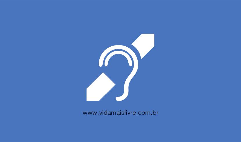Em fundo azul, ícone que representa a deficiência auditiva em branco
