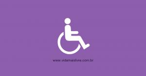 Em fundo roxo, ícone de cadeirante em branco