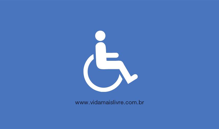 Em fundo azul, ícone que representa a deficiência física, em branco, com um homem em uma cadeira de rodas