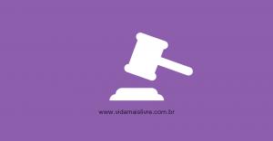 Em fundo roxo, ícone branco que representa um martelo de juiz