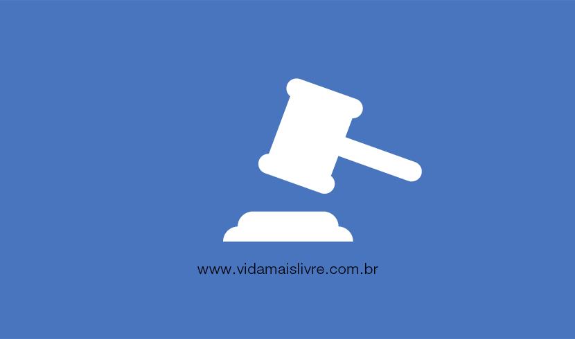 Em fundo azul, ícone branco que representa o martelo da justiça