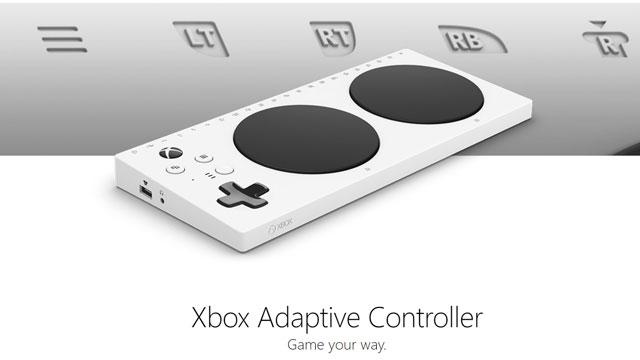 Foto do novo controle de Xbox adaptado. Ele é retangular e fino, na cor branca branco, com dois discos em preto dispostos lateralmente. No lado esquerdo, há os tradicionais botões de setas e comandos.