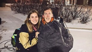 Hannah, uma jovem de cabelos longos e claros; e Shane, jovem de cabelos curtos e escuros em paisagem com neve