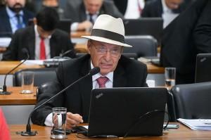 Foto do senador Antonio Carlos Valadares, um homem de 75 anos, branco e calvo, com óculos e um chapéu panamá durante sessão no Senado Nacional