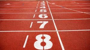 Foto de uma pista de corrida. No centro da imagem, há números escritos no chão em ordem decrescente.