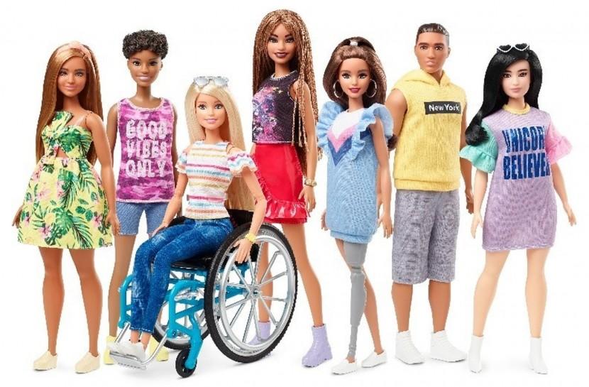Foto de bonecas da Barbie com uma boneca cadeirante e outra com prótese