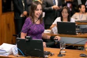 Foto da senadora Mara Gabrilli durante sessão no senado