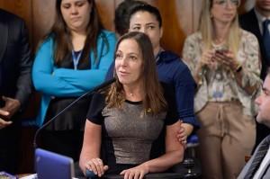 Foto da senadora Mara Gabrilli à frente de um microfone durante sessão no Senado