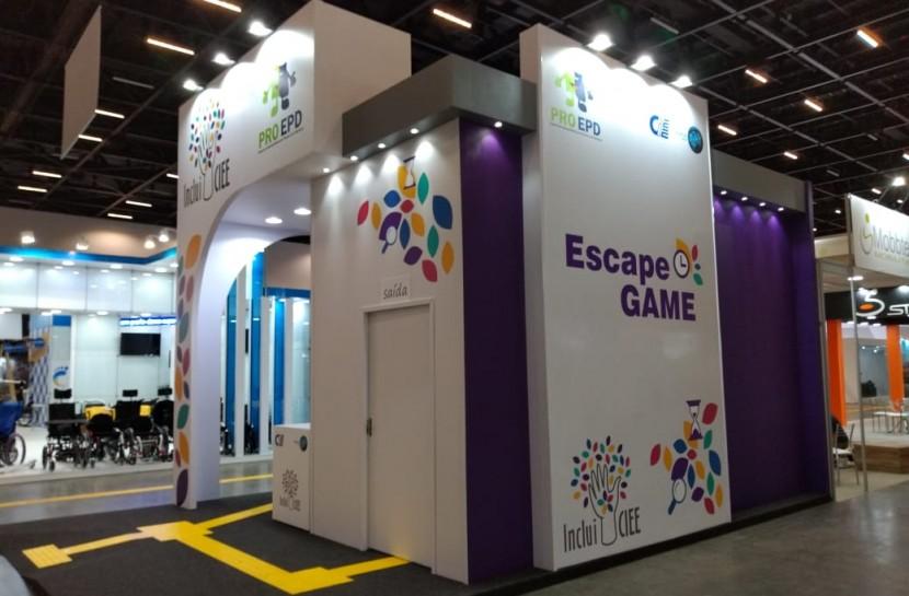 Foto do espaço para o jogo de fuga, uma sala toda fechada, em meio a um pavilhão com outros estantes da Reatech