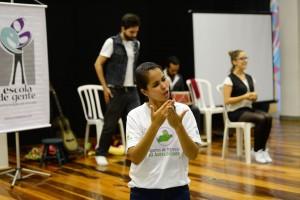 Foto de uma intérprete traduzindo um evento em um auditório