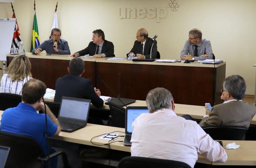 Foto de um grupo de homens em um plenário durante uma palestra na Unesp