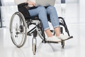 Foto de uma mulher cadeirante usando um notebook.