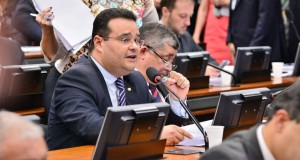 Foto de Fábio Trad falando ao microfone em uma sessão da Câmara.