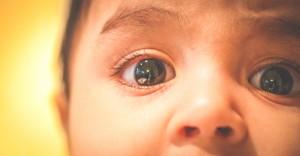 Foto em close dos olhos de um bebê.