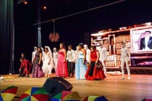Foto de um grupo de pessoas com síndrome de Down em um palco