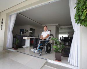 Foto de um homem cadeirante em uma sala