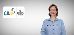 Imagem de uma mulher sorrindo ao lado dela há um retângulo com o logo da Central de Intermediação em Libras e da Prefeitura de São Paulo