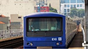 Foto de um carro do metrô circulando pela cidade