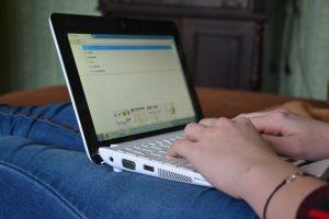 Pessoa digitando em um laptop