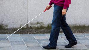 pessoa andando com bengala