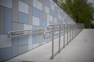 Foto de uma rampa de acesso para cadeiras de rodas.