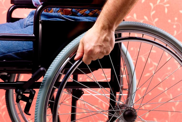 Foto em close de uma cadeira de rodas